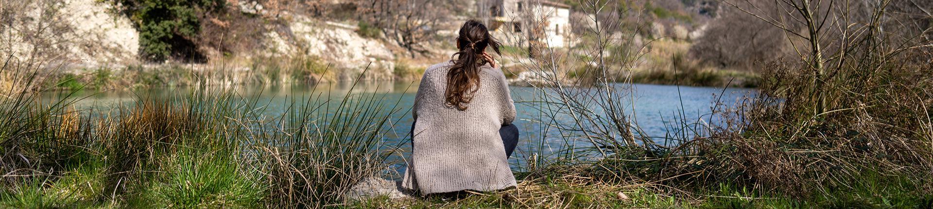femme face a un beau paysage