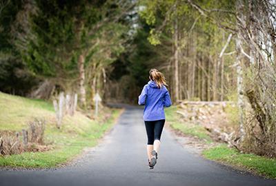 femme qui court dans la nature