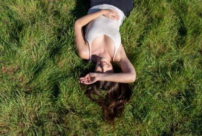 femme avec cheveux soyeux au soleil