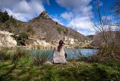 femme face à un beau paysage